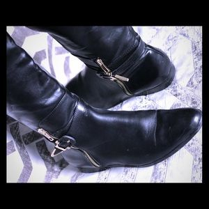 Black stretch boots with gold details